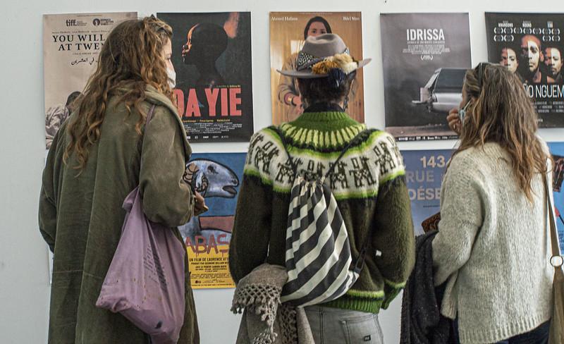 Foto del público en el Teatro Alameda de Tarifa viendo la cartelera